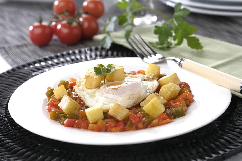 Huevos fritos con pisto y patatas