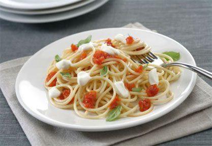 Espaguetis con tomate y crema de queso