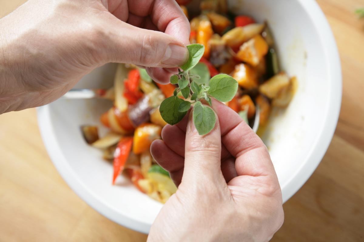 Añadimos hojas de orégano