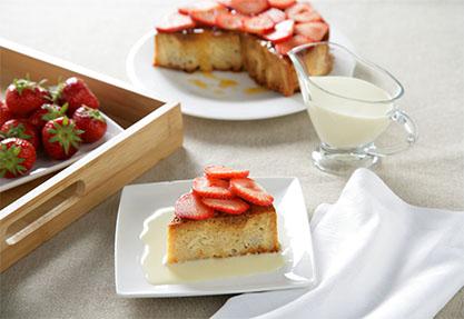 Budín de pan de leche con fresas y salsa de chocolate blanco