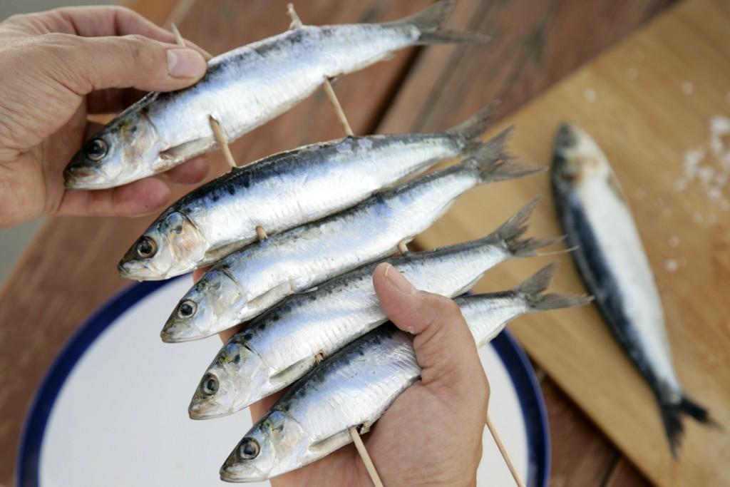 Barbacoa de pescado y marisco_ Espeto de sardinas