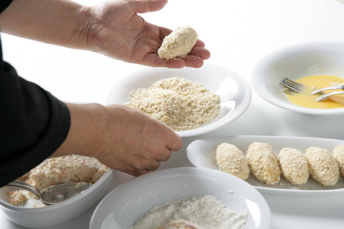 Formamos las croquetas y las pasamos por harina, huevo batido y pan rallado.