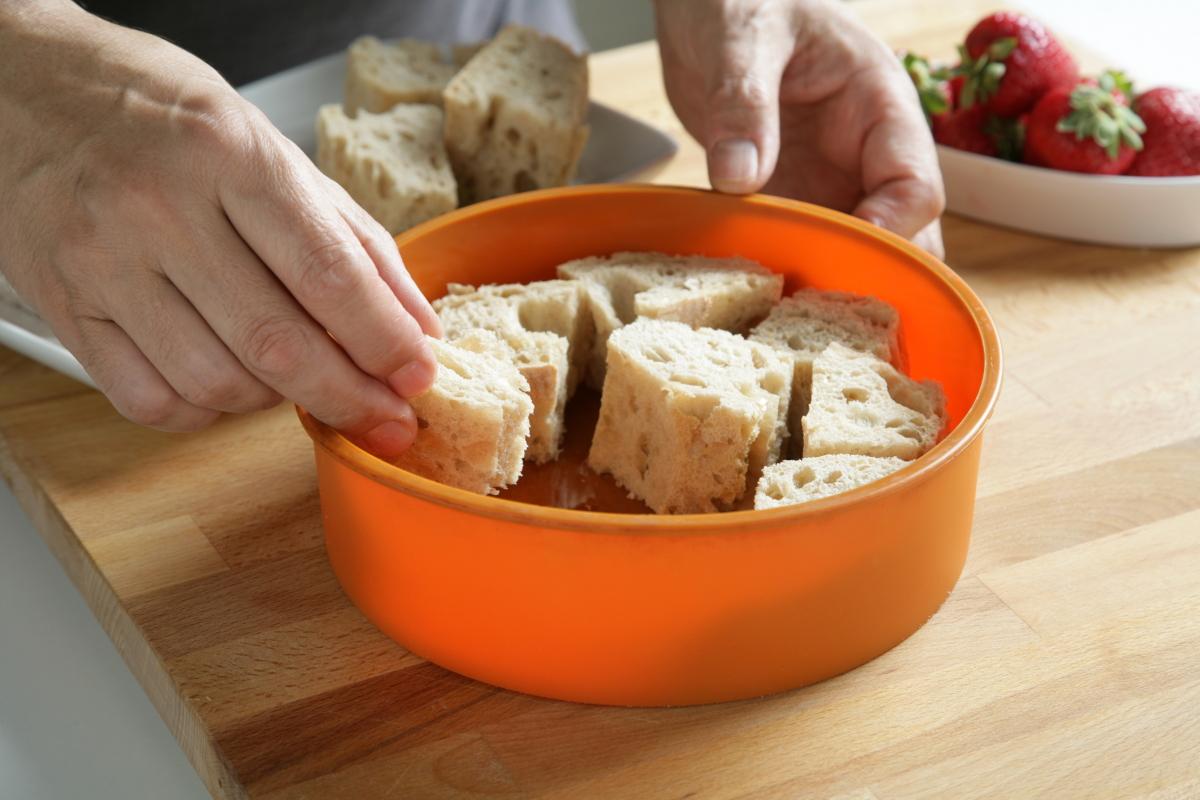 Cortamos el pan y lo colocamos dentro de un molde.