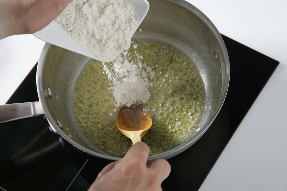 Añadimos la cebolleta y la harina.