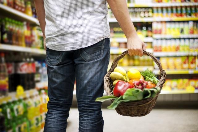 hombre comprando supermercado cesta