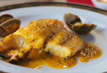 Lomos de merluza con salsa de azafrán y almendras