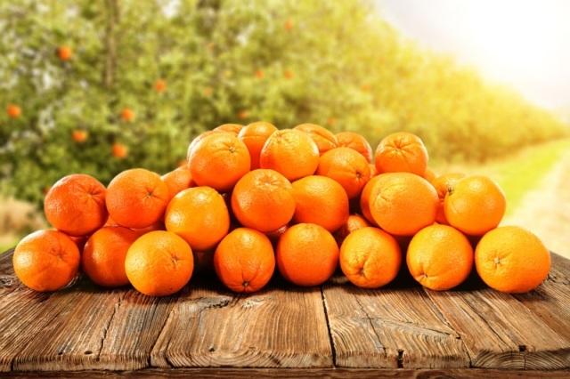 Naranjas enteras amontonadas