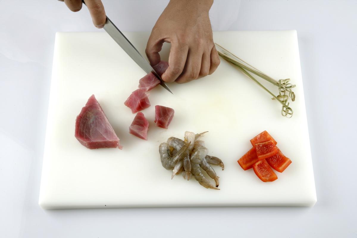 Cortamos el atún fresco y el pimiento rojo en dados.