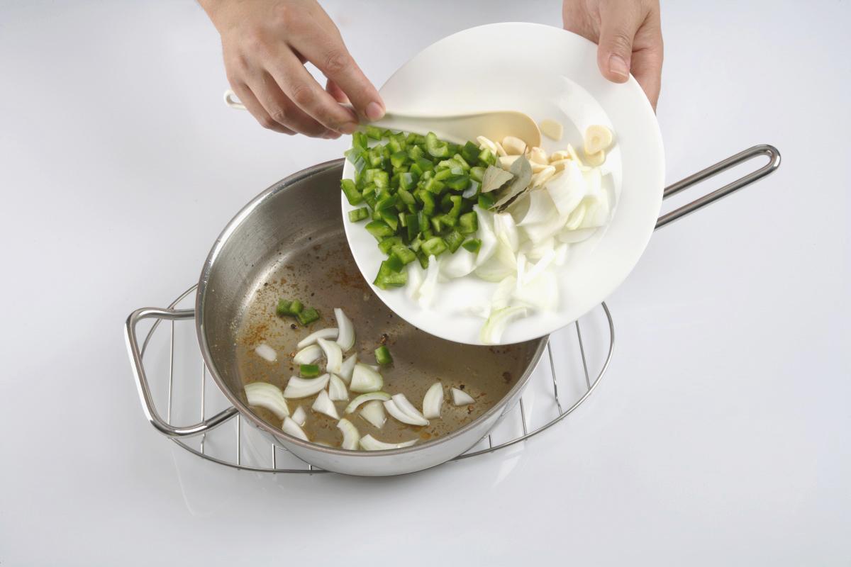 Añadimos la cebolla, el pimiento y el ajo picados.