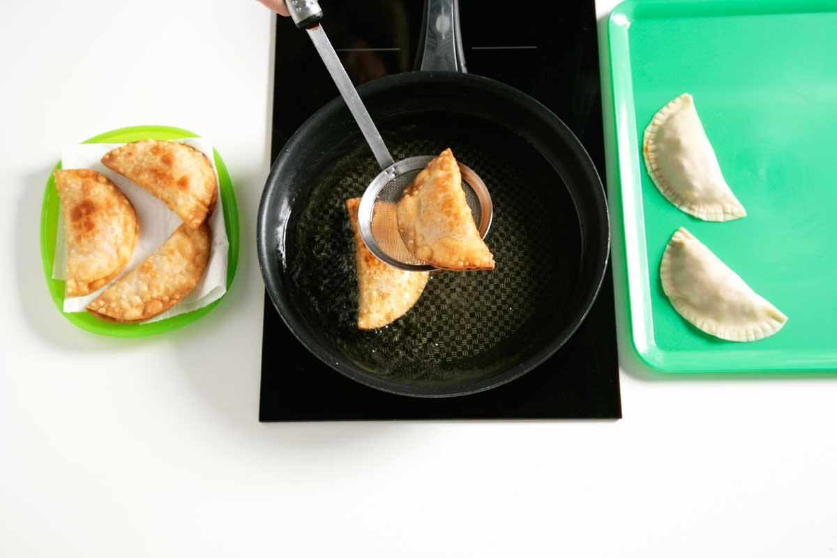 En una sartén con aceite caliente freímos las empanadillas.