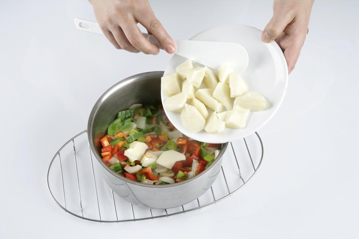 Incorporamos las patatas que habíamos cortado en trocitos.