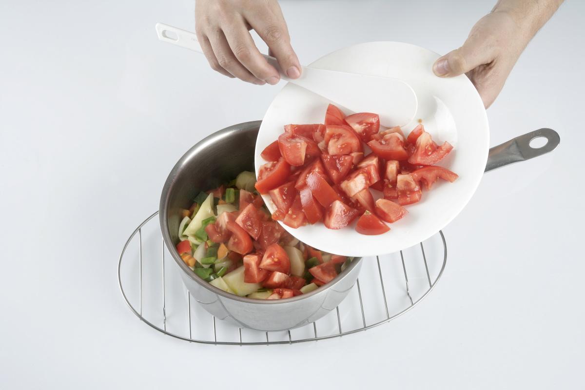 Agregamos los tomates cortados y rehogamos durante unos minutos.