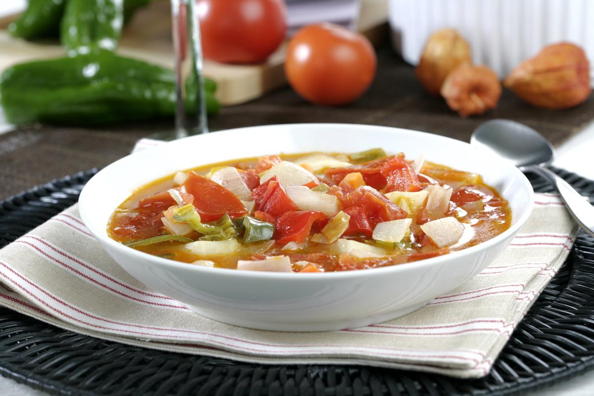 Rectificamos de sal y servimos la sopa de hortalizas caliente.