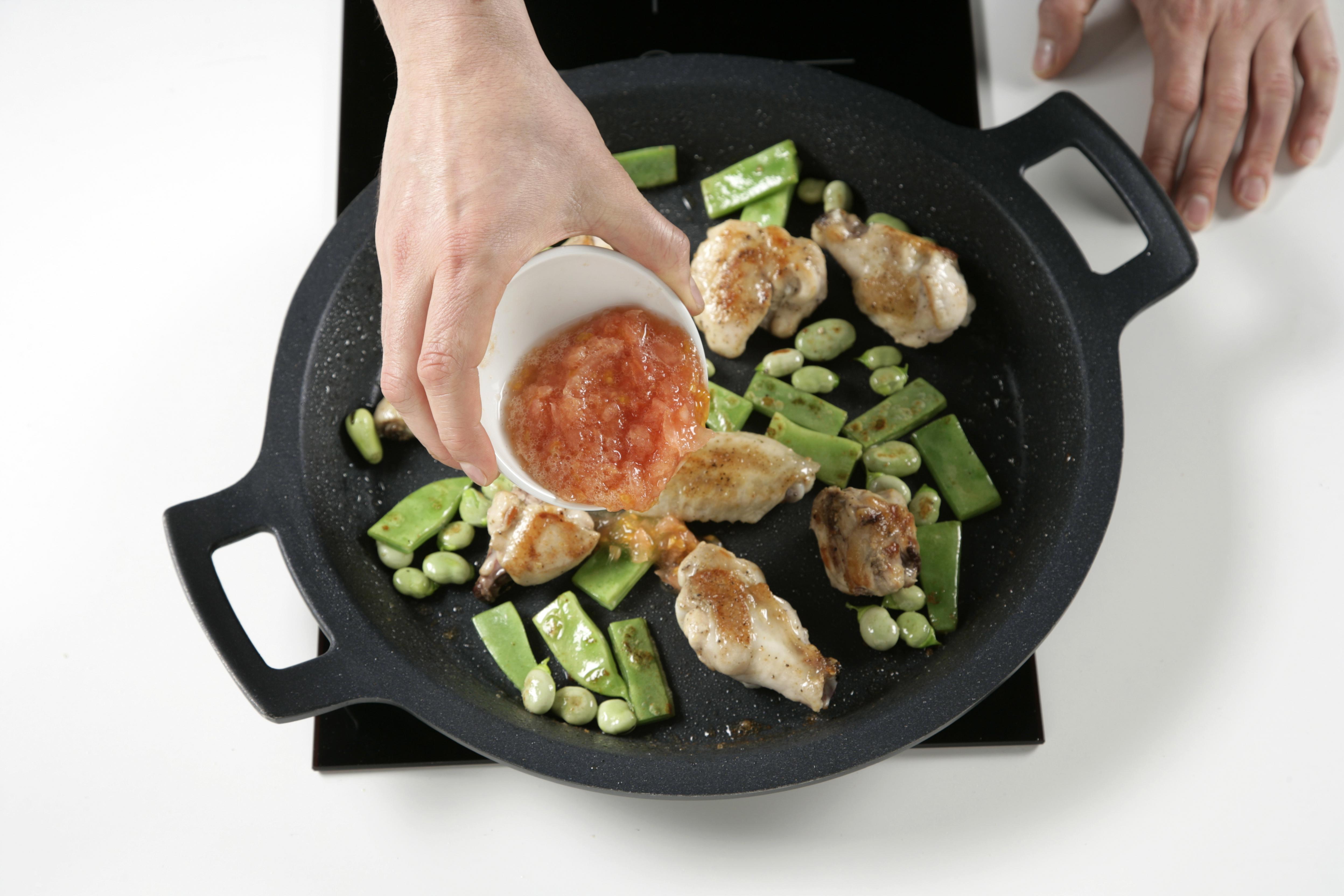 Agregamos el tomate rallado y freímos el conjunto. Espolvorearemos con pimentón.