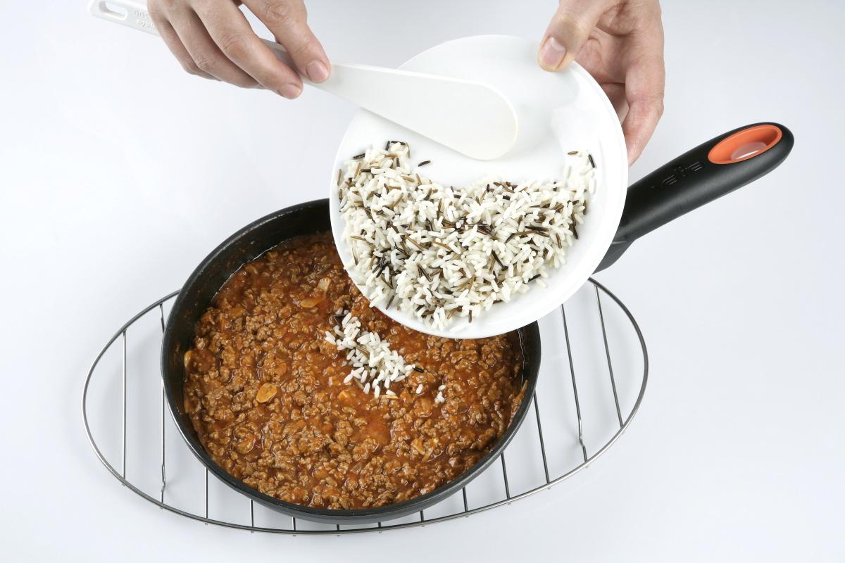 Incorporamos el arroz y mezclamos.