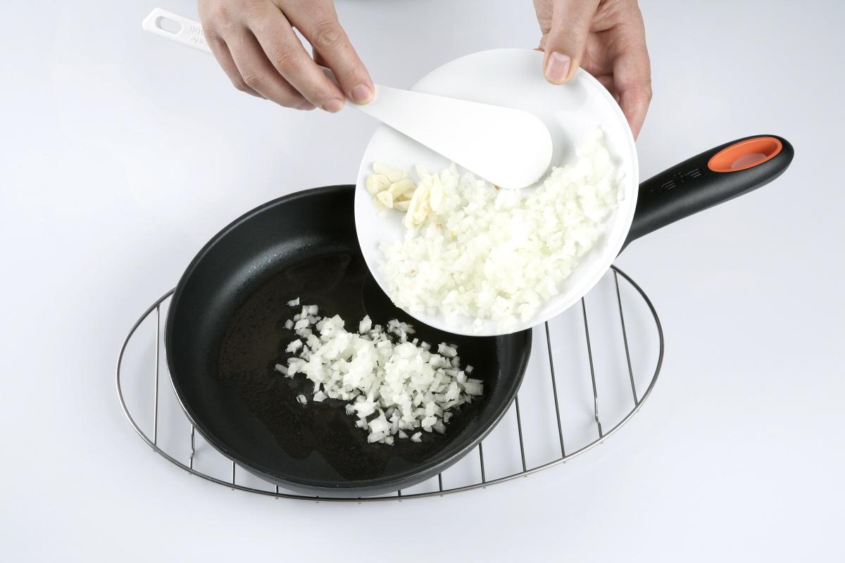 Picamos la cebolla y los ajos.