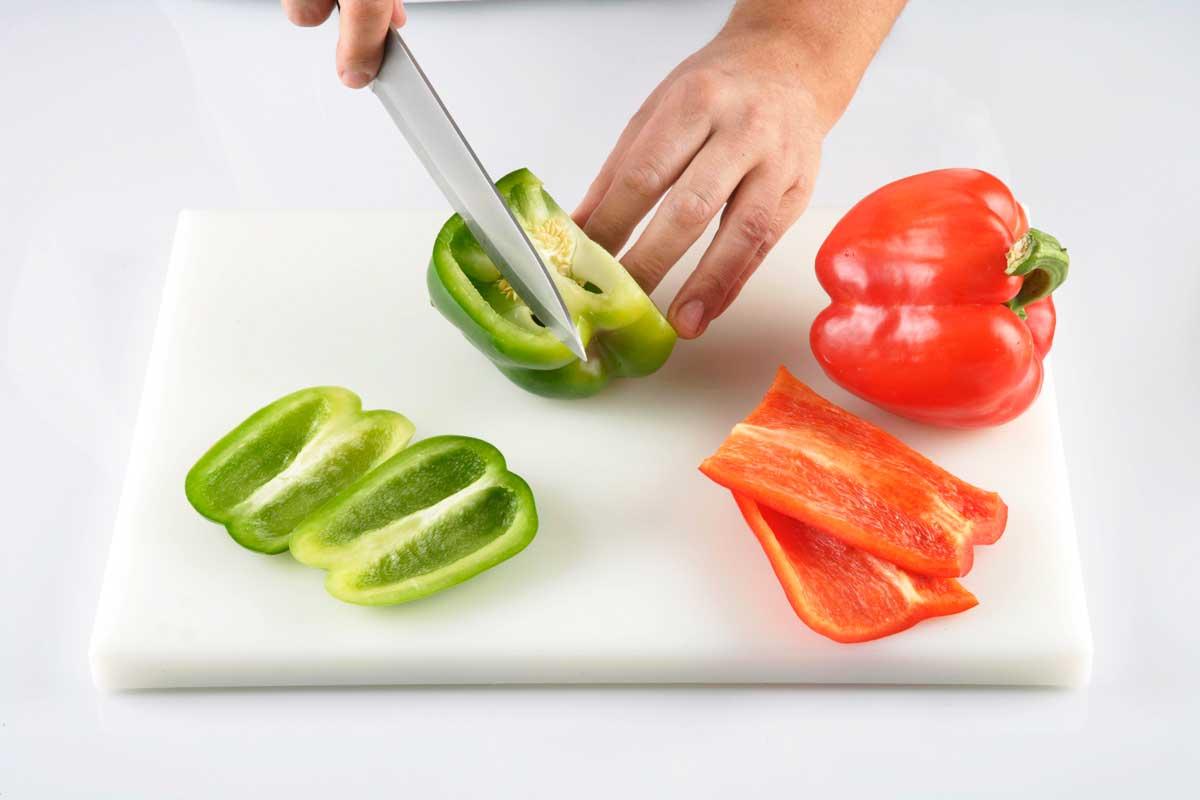 Cortamos el pimiento, la cebolla, el ajo y el tomate.