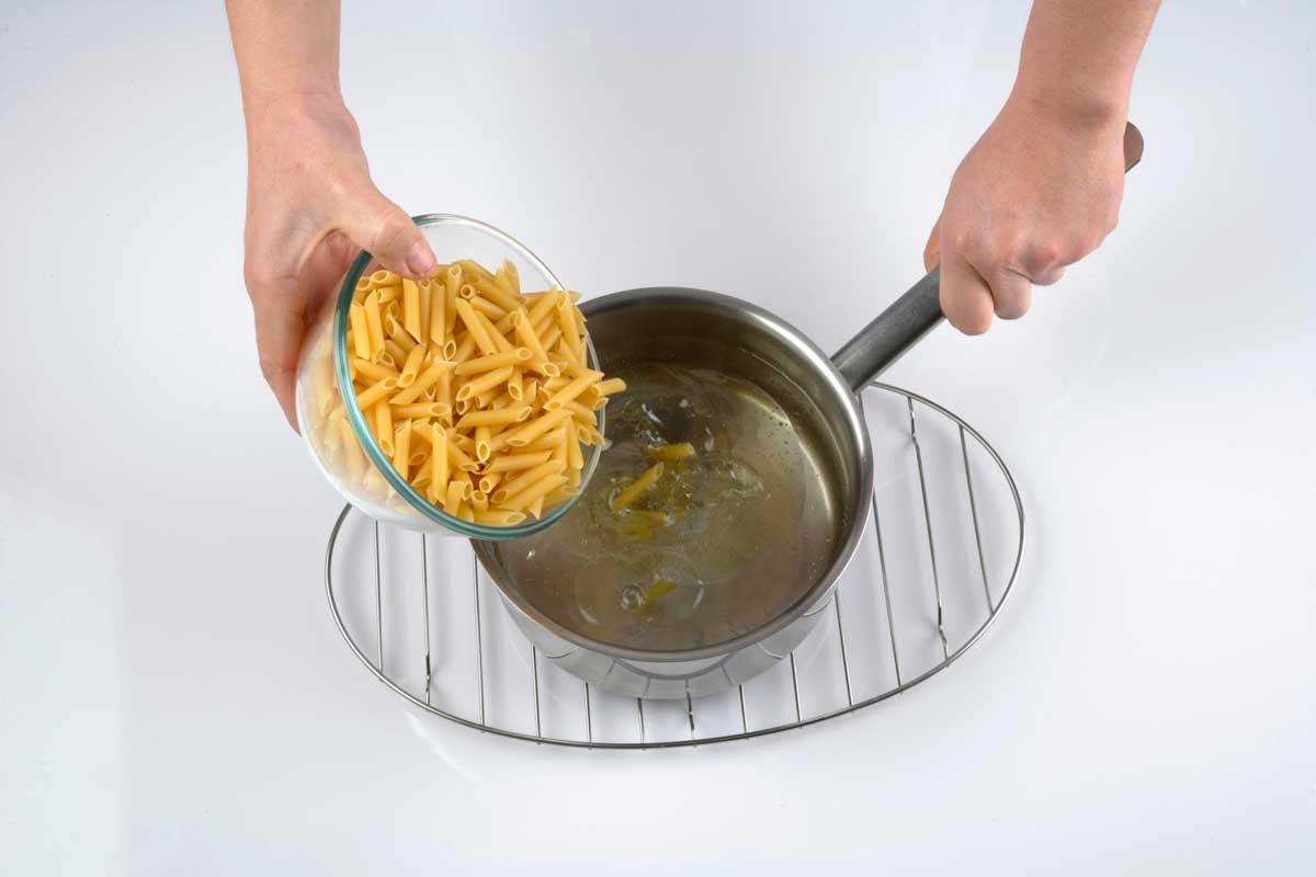 Cocemos la pasta en abundante agua.