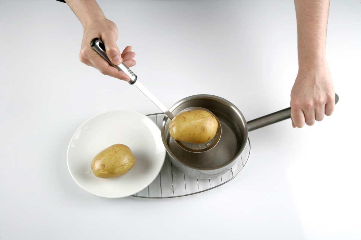 Cocemos las patatas con piel en agua con sal.