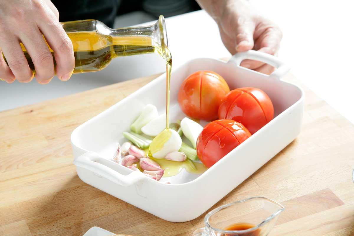 Sazonamos los tomates, los ajos y la cebolleta.