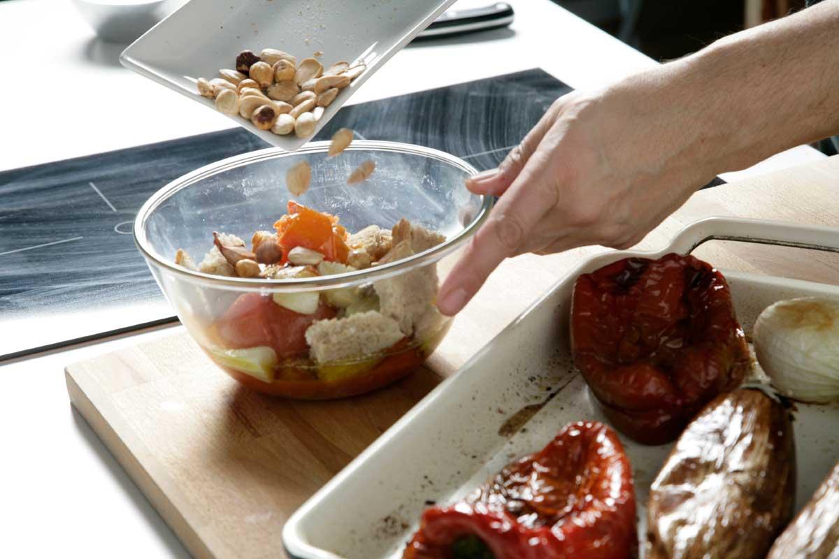 Ponemos en un bol las verduras asadas del romesco con el pan, los frutos secos y el vinagre.