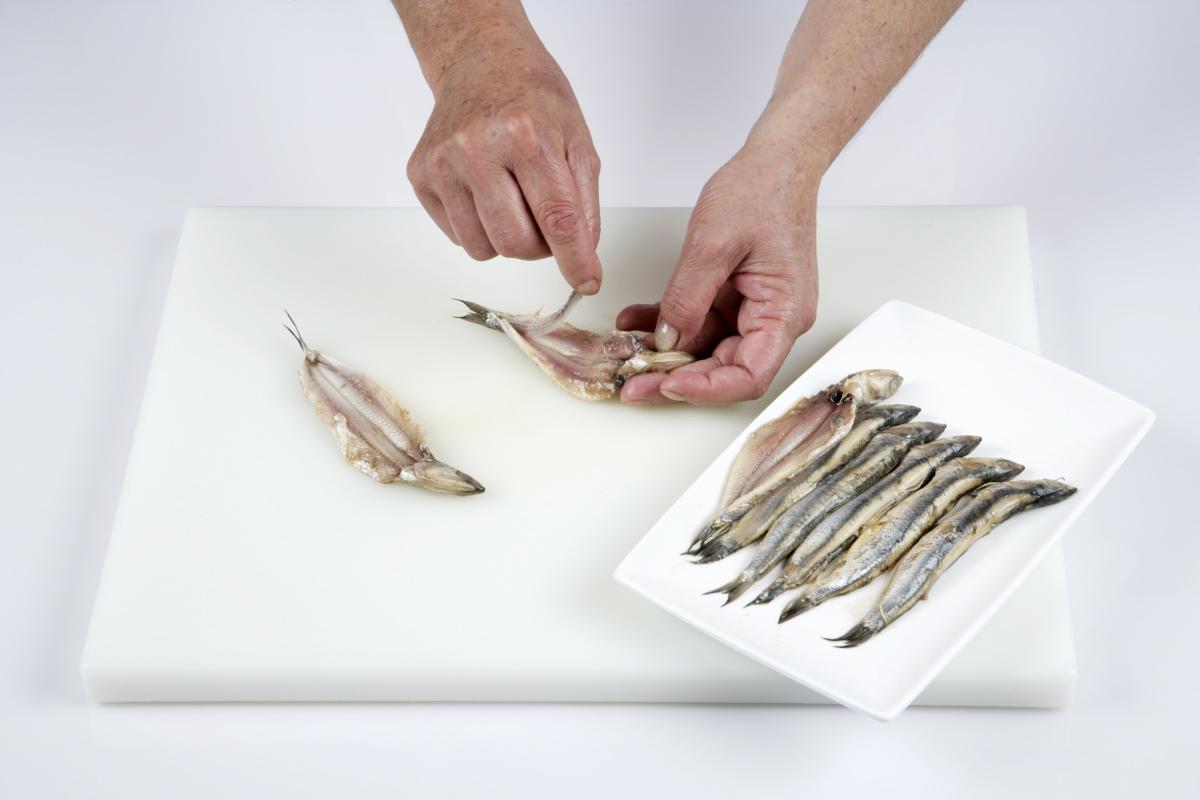 Limpiamos el pescado y lo introducimos en agua con hielo.