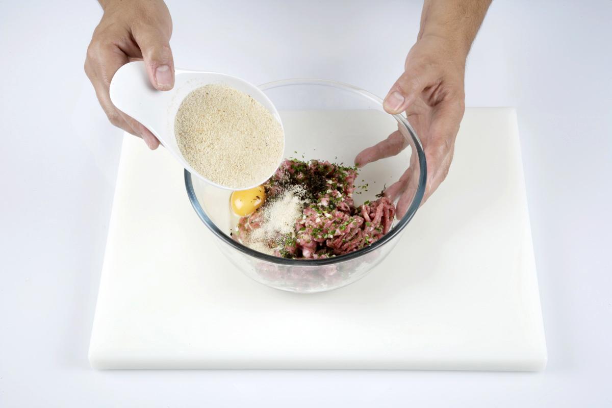 Mezclamos la carne, el huevo, el perejil, los dientes de ajo picados, la trufa rallada y el pan rallado.