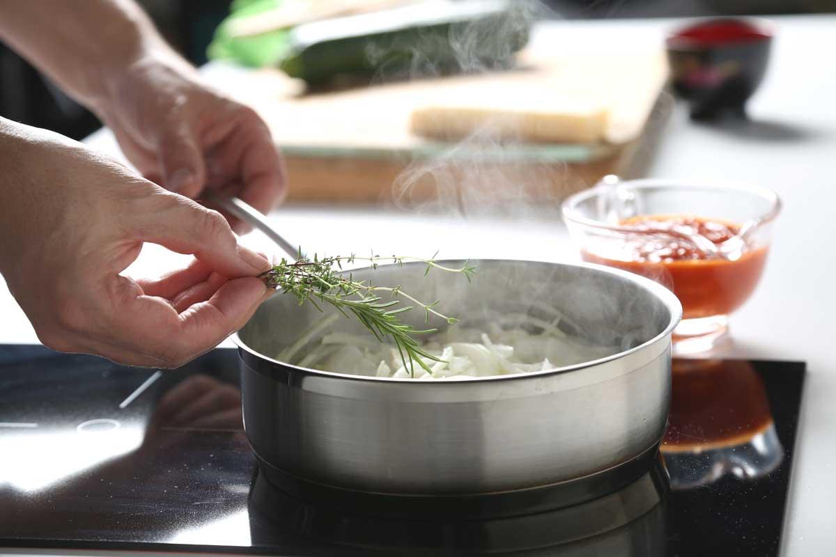 Pochamos la cebolla, el ajo y las hierbas.