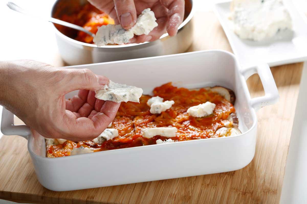 Alternamos capas de verduras, salsa de tomate y  trocitos de queso.