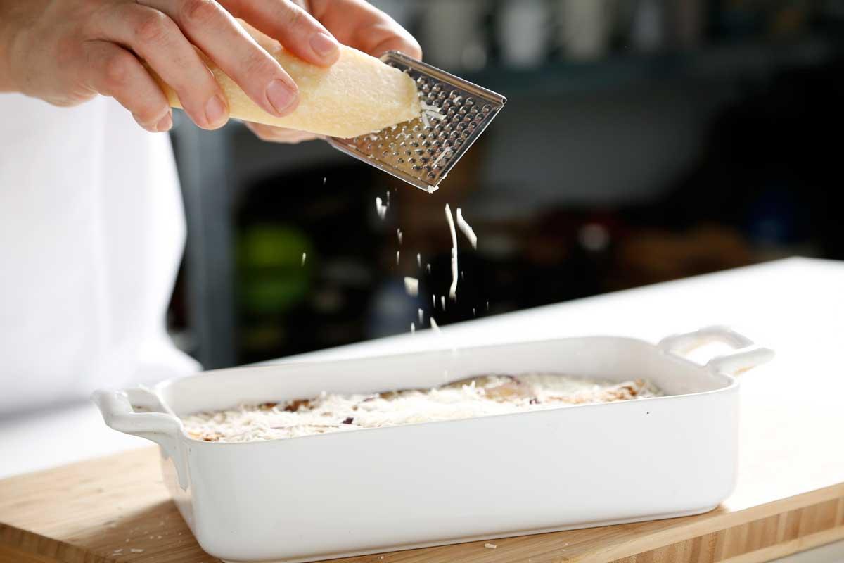 Añadimos queso parmesano rallado y gratinamos.
