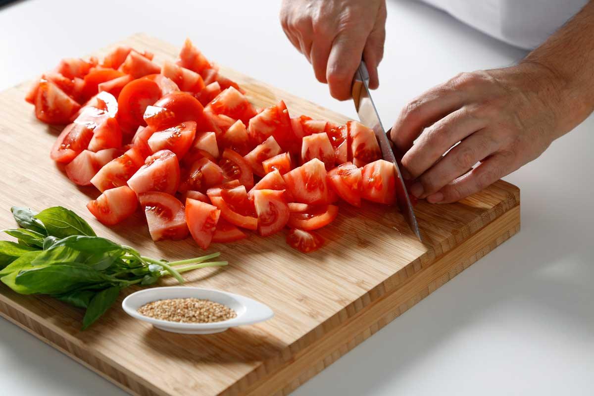 Picamos el tomate en cubos.