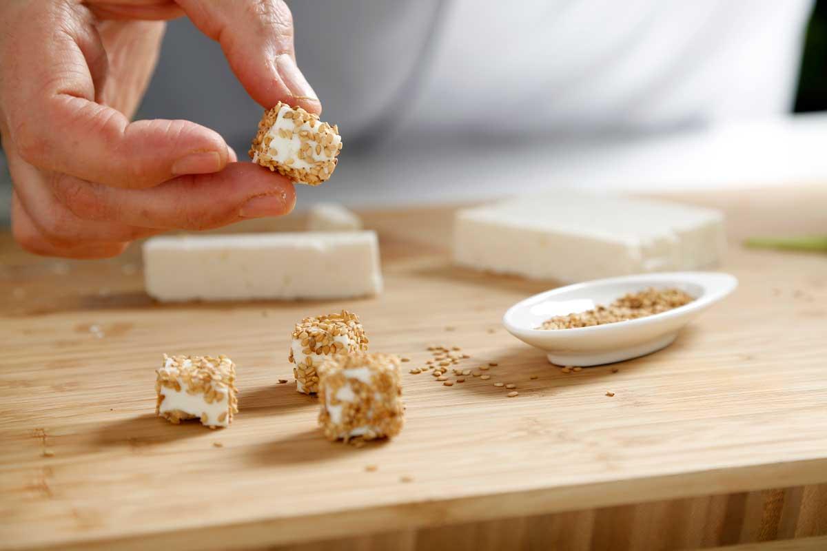 Rebozamos el queso en semillas de sésamo.