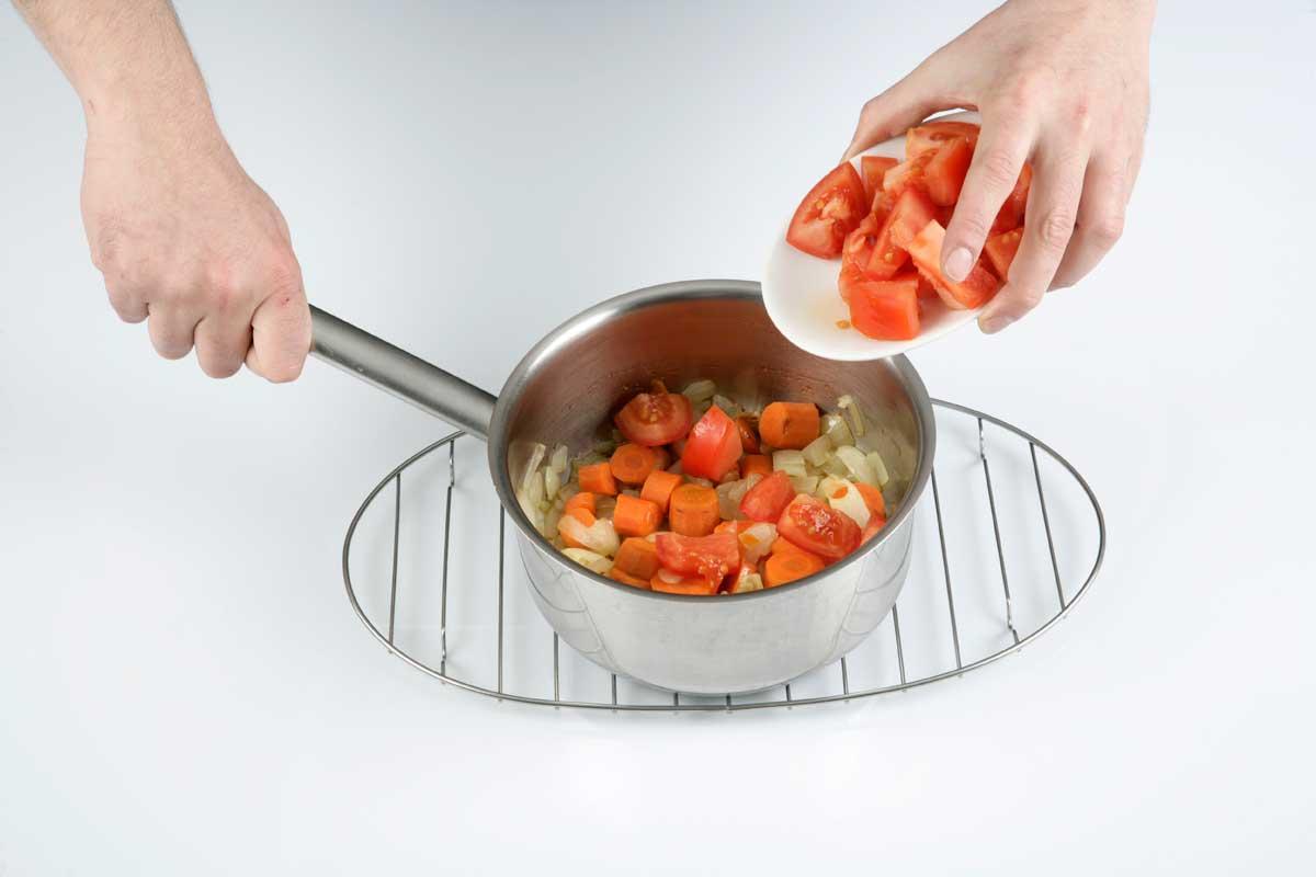 Troceamos el puerro y las zanahorias y añadimos el tomate.