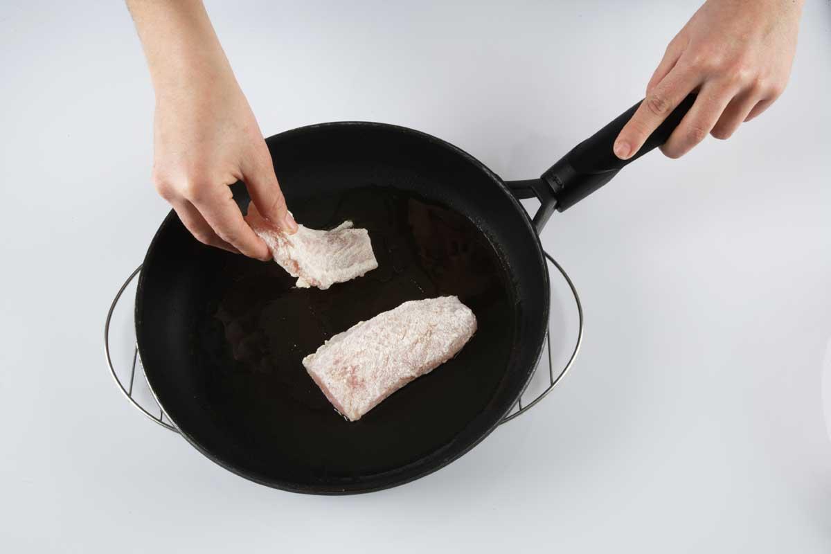 Doramos los filetes en una sartén con un poco de aceite.