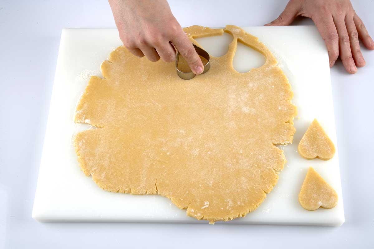 Cortamos la masa con ayuda de un molde.