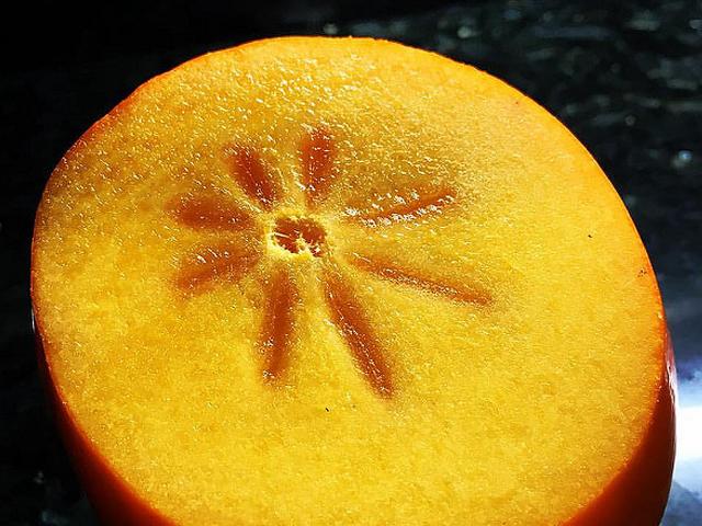 El caqui, una fruta llena de propiedades y beneficios | HCMN