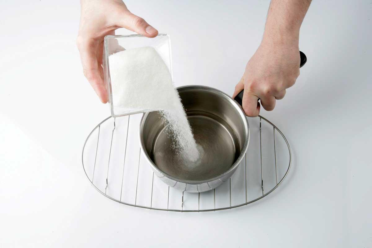 Cocemos el azúcar con el agua.