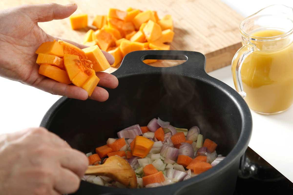 Doramos las verduras a fuego lento.