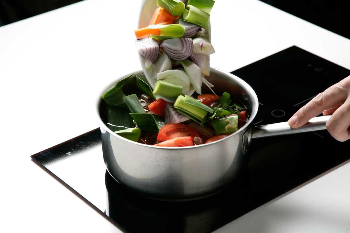 Cocemos las espinacas junto a las verduras troceadas.