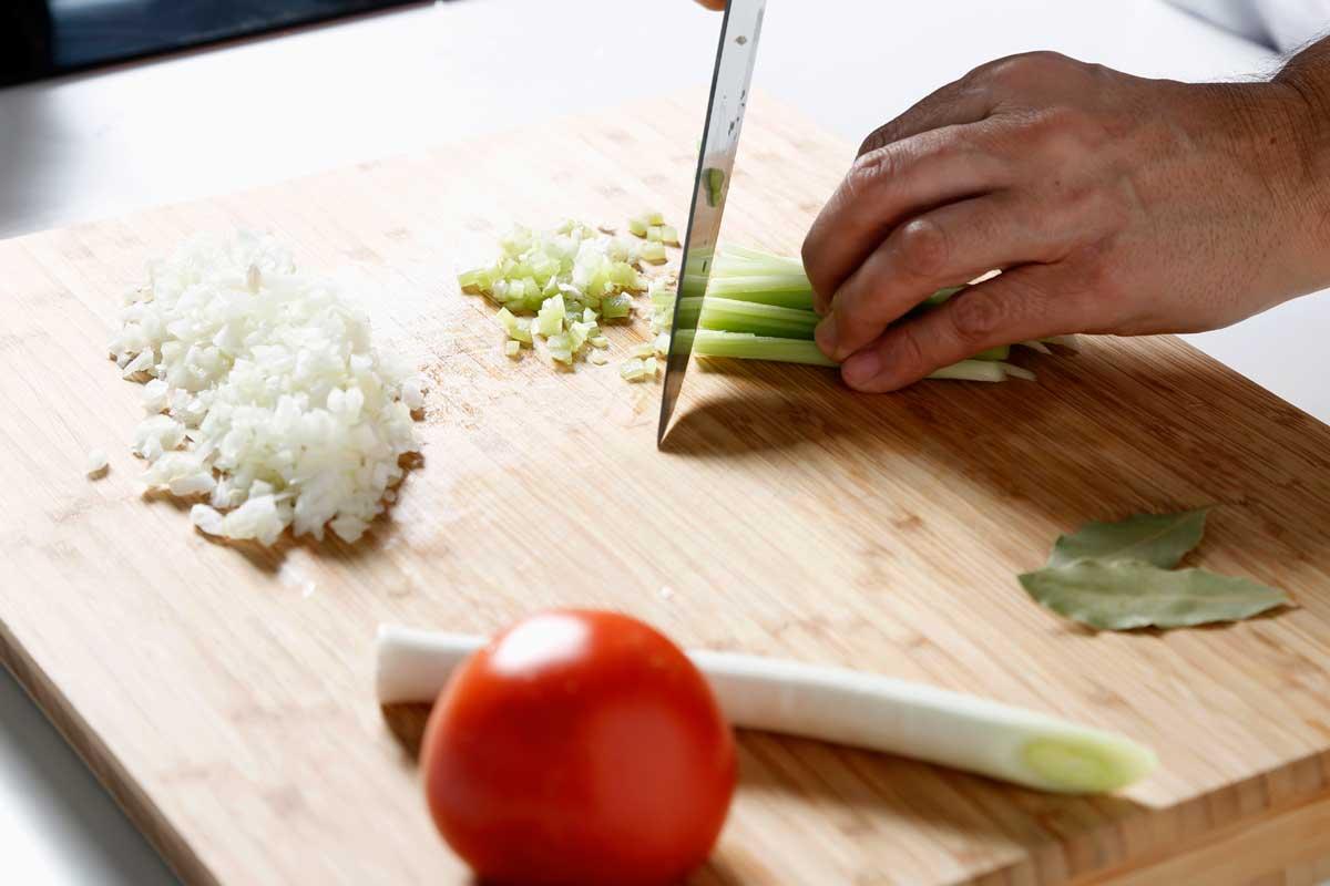 Picamos finas las verduras para la sopa, excepto el tomate.