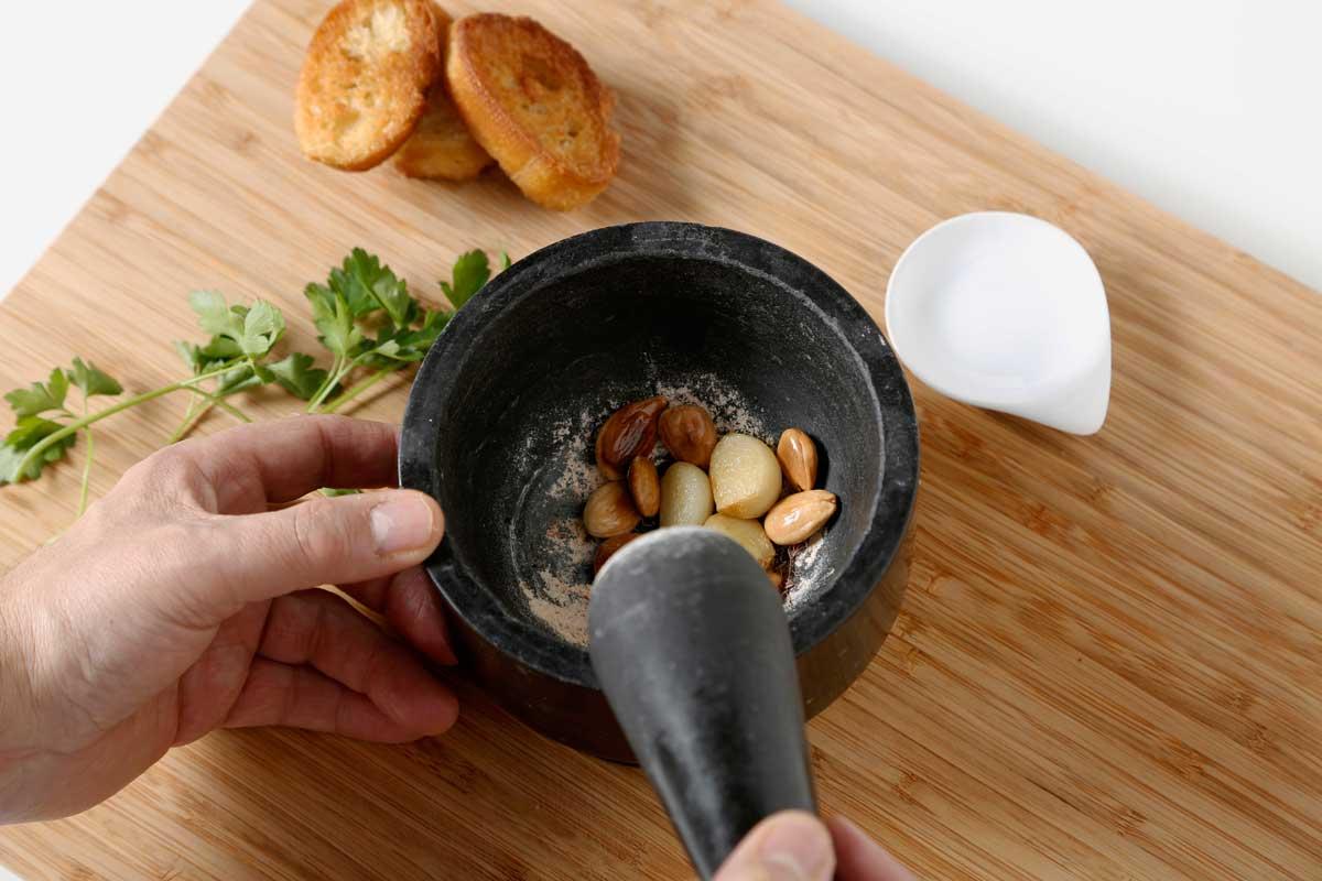 Machacamos el azafrán con un pellizco de sal.