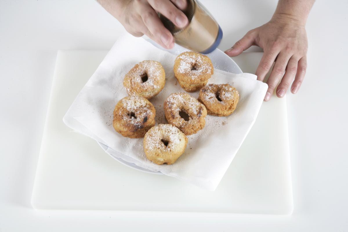 Espolvoreamos el azúcar glasé y la canela en polvo.
