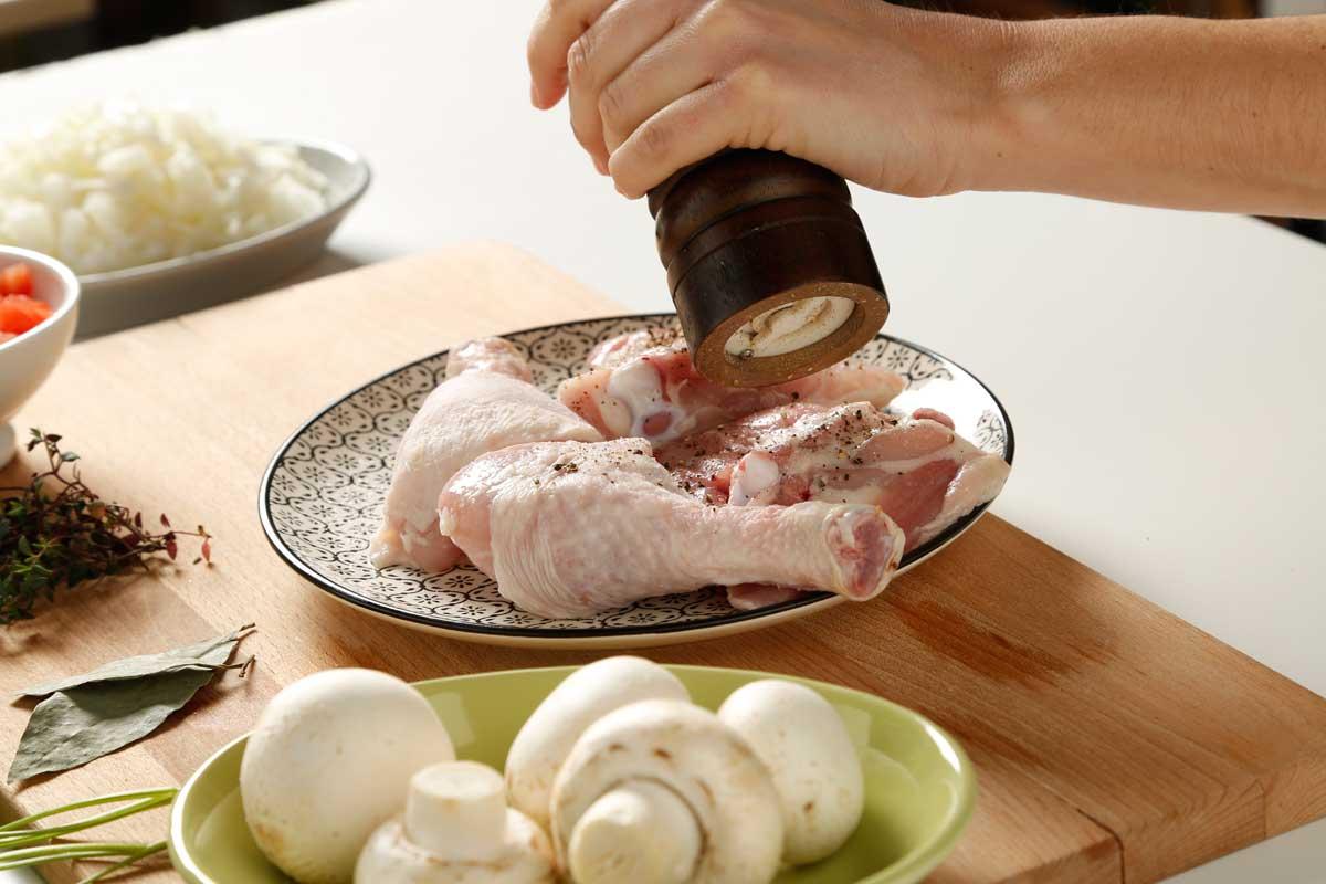 Salpimentamos el pollo.