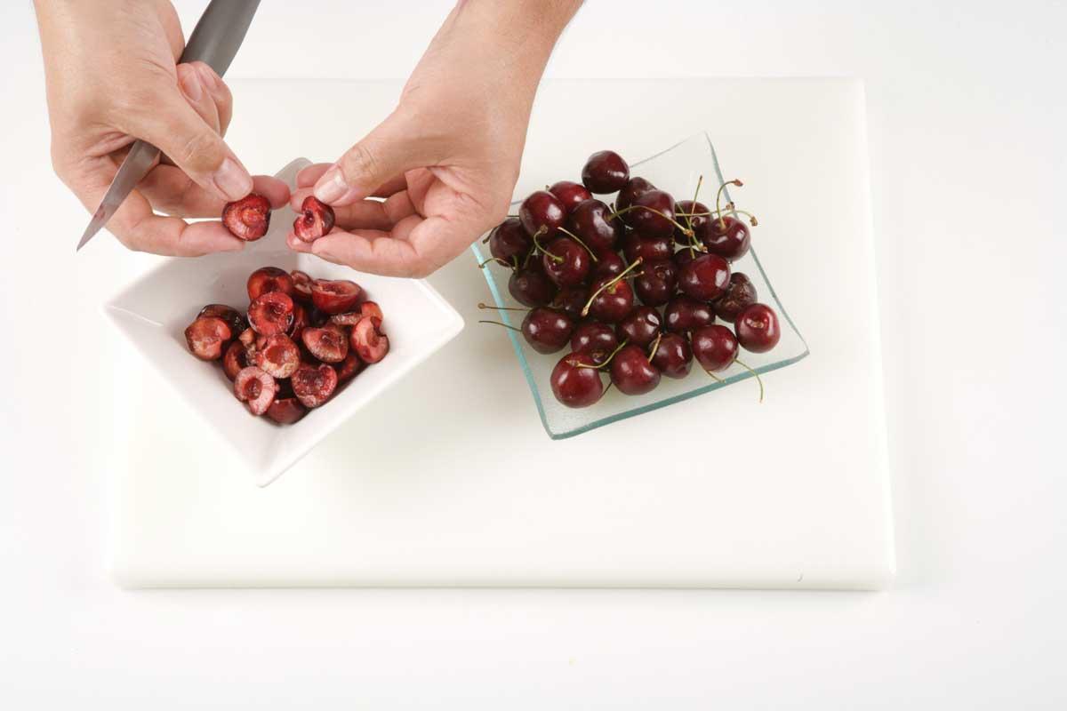 Cortamos por la mitad las cerezas retirando el hueso.