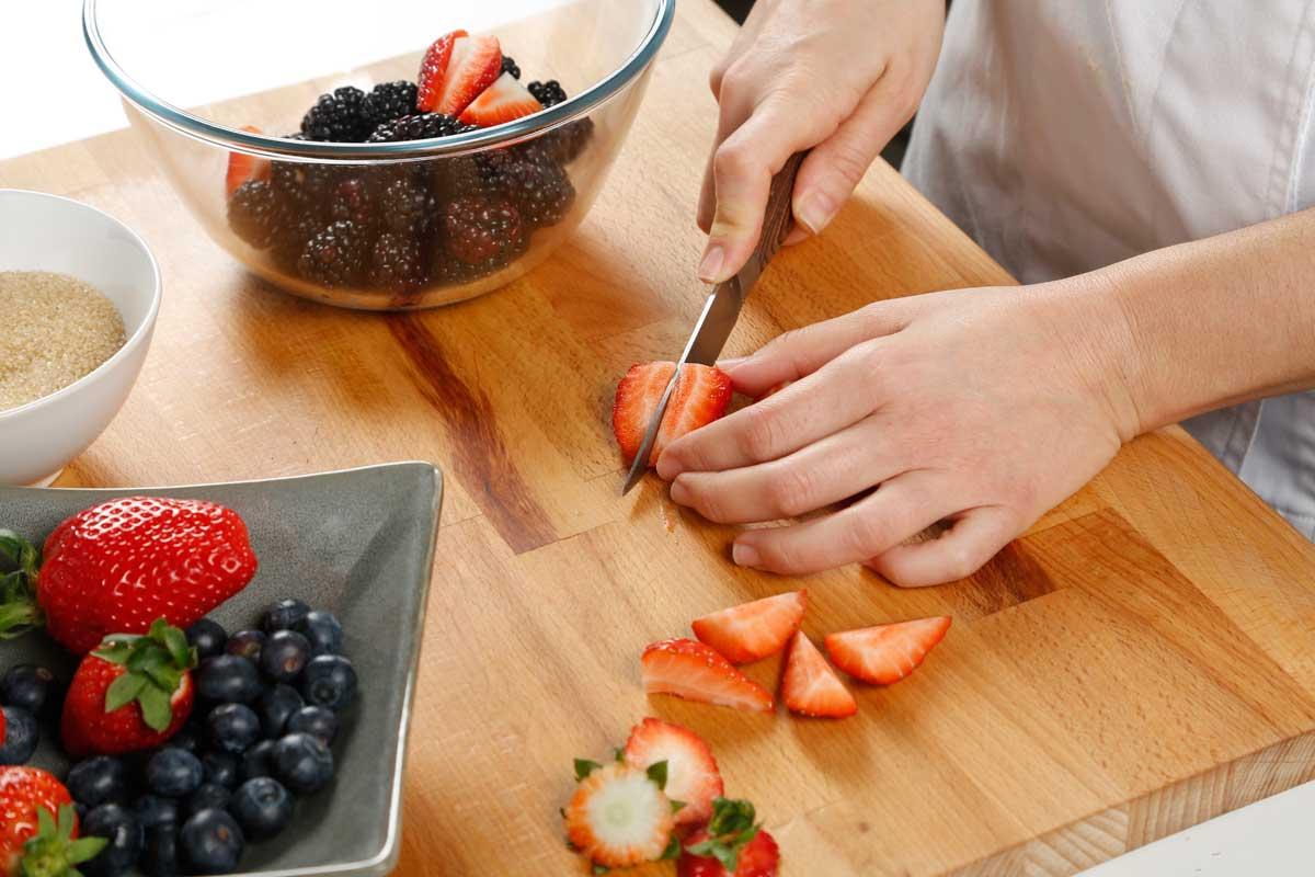 Cortamos las fresas para hacer el relleno.