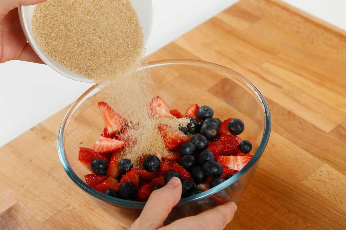 Mezclamos las moras, las fresas y los arándanos con el azúcar y la canela.