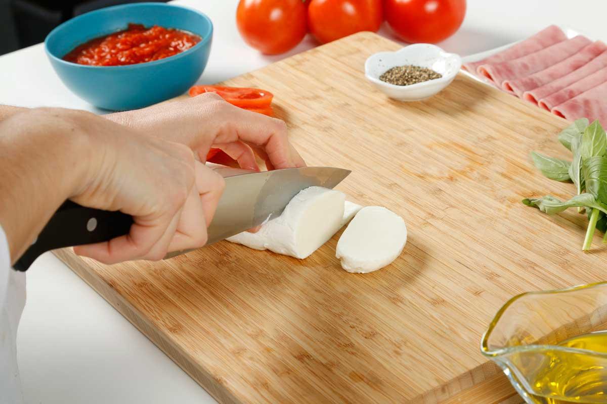 Cortamos el tomate y la mozzarella.