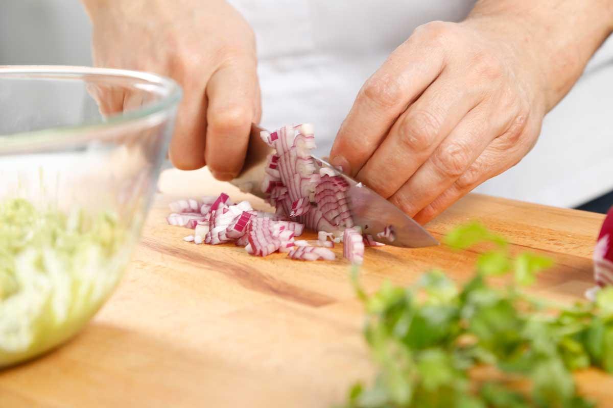Picamos la cebolla roja y el cilantro.