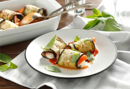 Rollitos de berenjena con mozzarella y tomate
