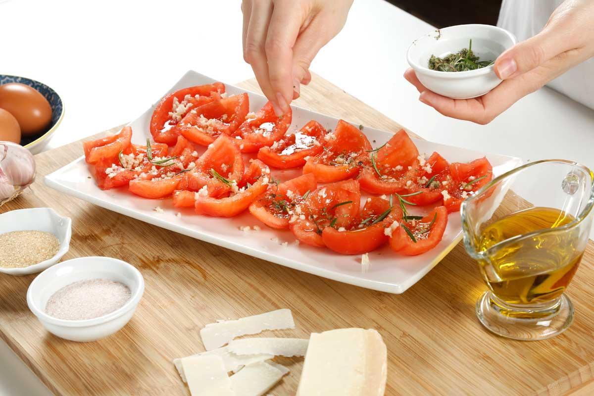 Añadimos al tomate sal, azúcar, hierbas aromáticas, ajo y aceite.